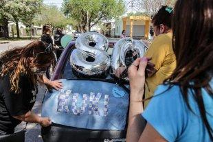 Cumplió 80 años y todo el barrio armó una caravana sorpresa -  -