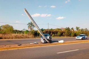 Colonia San José: fuerte colisión contra una columna - Un hombre de 52 años al volante de un Nissan Tidda debió ser trasladado luego del impacto. -