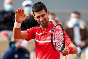Novak Djokovic improvisó unas clases de tenis mientras paseaba a su perro