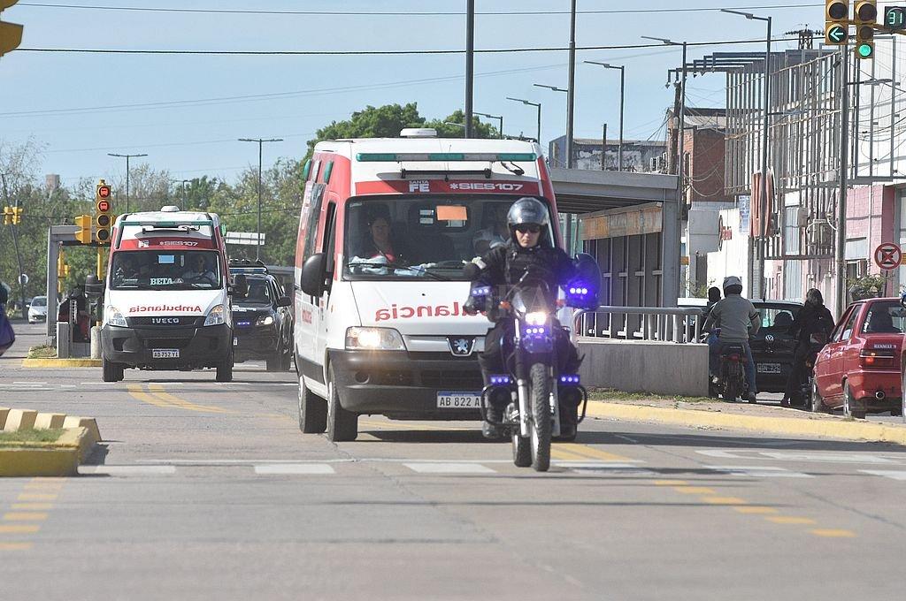 Por Blas Parera. El operativo especial de traslado movilizó un gran número de trabajadore de la salud, agentes sanitarios, municipales y bomberos. Crédito: Mauricio Garín