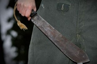 Denunciaron a un funcionario por amenazar con un machete a un empleado municipal