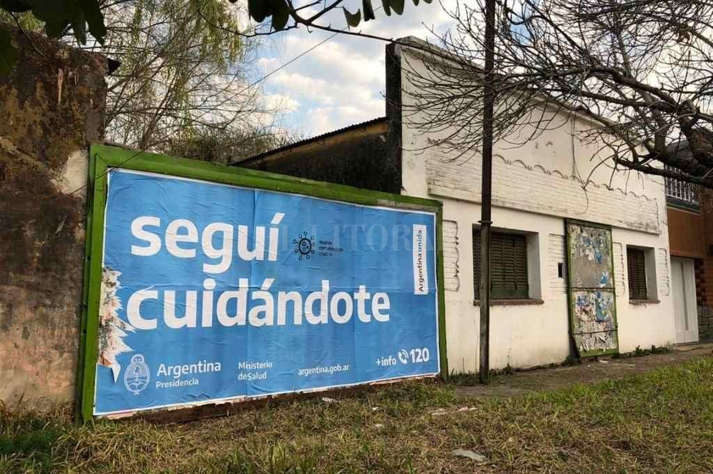 En Urquiza al 4300, barrio Fomento 9 de Julio, los vecinos lograron tapialar un sector privado -con la participación de una empresa- con carteles para que éste no sea intrusionado.    Crédito: El Litoral