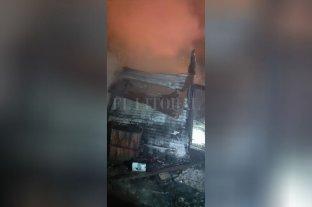 """Por pirómano quedó preso el """"Zorrino"""" de barrio Los Hornos - Con una vela, el detenido quemó su propio rancho y el de dos vecinas en un pasillo de la calle Huergo 3550. -"""