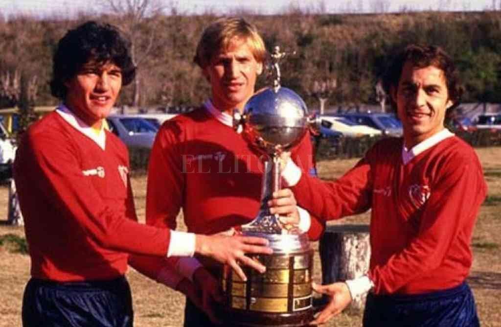 Bochini (a la derecha de la imagen), junto a Burruchaga y Trossero, con la Copa Libertadores que Independiente dominó con un juego memorable. Crédito: Archivo