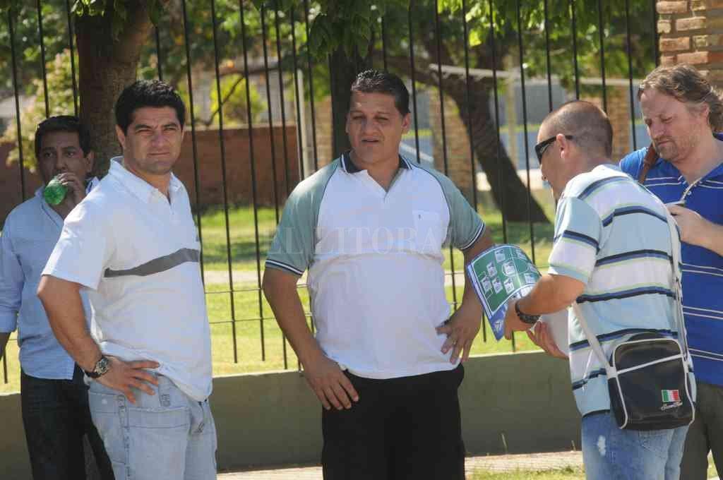 Rodolfo Aquino, alguien que ha dejado su sello y un gran recuerdo en el hincha sabalero, junto a su amigo Pedro Uliambre en la sede del club. Crédito: Flavio Raina