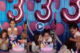 """Video viral: una nena se """"vengó"""" de su hermana por apagarle la velita de su torta de cumpleaños"""