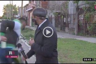 """Video: Le robaron """"en vivo"""" el celular a un periodista cuando iba a salir al aire -"""