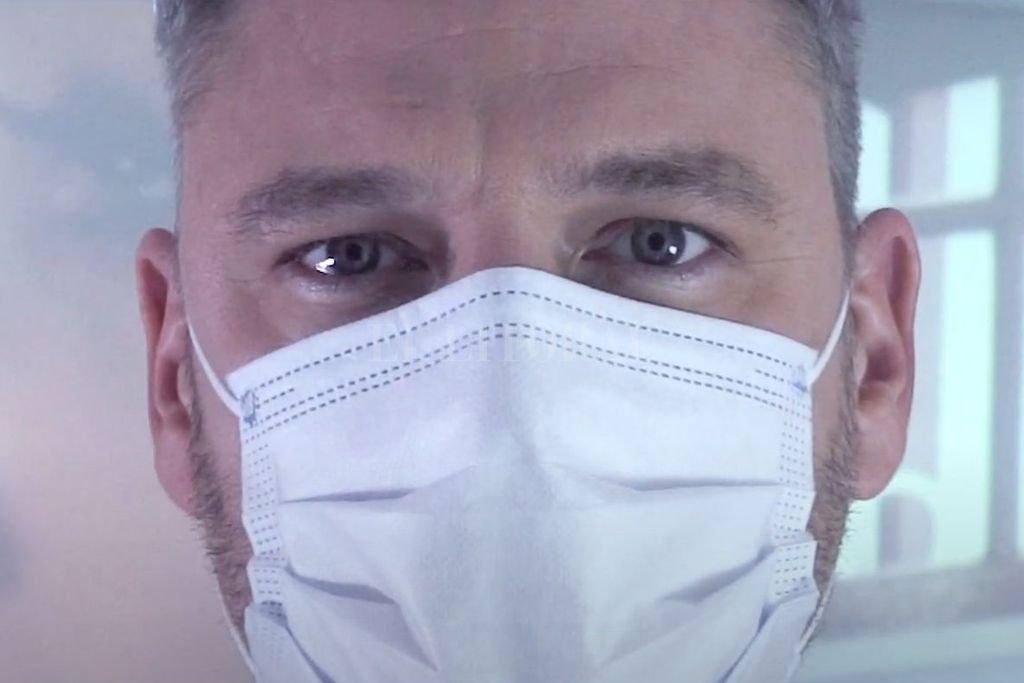 La canción fue compuesta por Edu Alvarado, cantante y guitarrista, quien además es médico, cirujano mastólogo del Centro de Mastología de Rosario. Crédito: Gentileza producción
