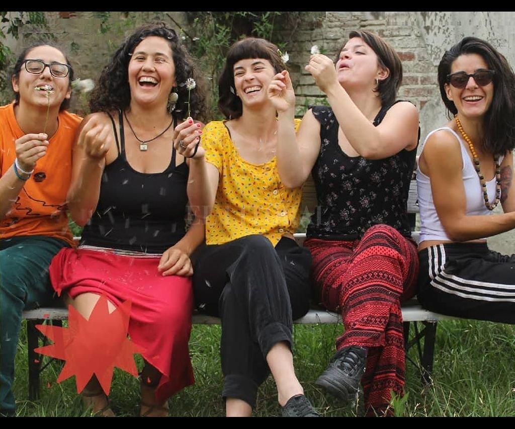 Contemple es un quinteto femenino de candombe afroruguayo, integrado por María Belén Irigoyen (guitarra y voz), Lara Ajún (bajo y voz), Sofía Mansor (tambor chico y voz), Camila Lencina (tambor piano y voz) y Lucía Galán (tambor repique y voz). Crédito: Gentileza producción