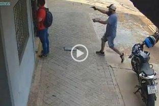 """Video: violento asalto de """"motochorros"""" a mano armada en Rosario"""