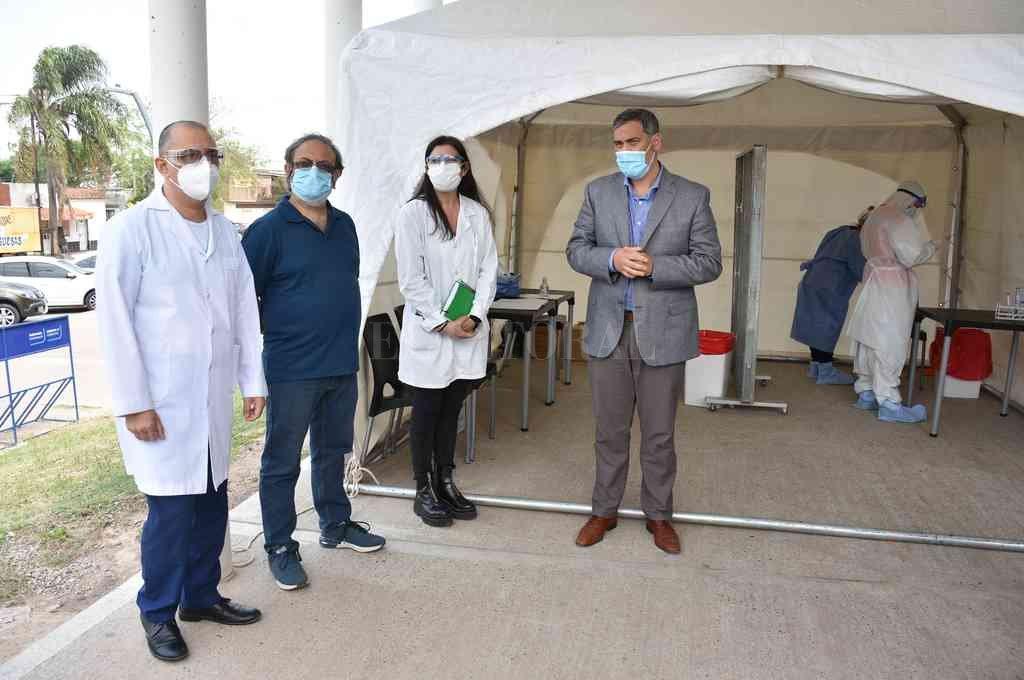 Fuera de las instalaciones del Iturraspe se instaló la carpa sanitaria. Autoridades del efector de salud explicaron los detalles del operativo. Crédito: Flavio Raina