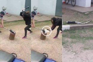 Insólito: tuvo que romper a martillazos el caño de escape de su moto para que la Municipalidad se la devuelva -