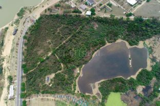 """Critican la construcción de una escuela sobre la reserva ecológica de la UNL   - Este es el sitio elegido para edificar la escuela. El camino que se ve marcado, al norte de la laguna interna, es el conocido """"Camino de los cuises"""" de la reserva ecológica."""