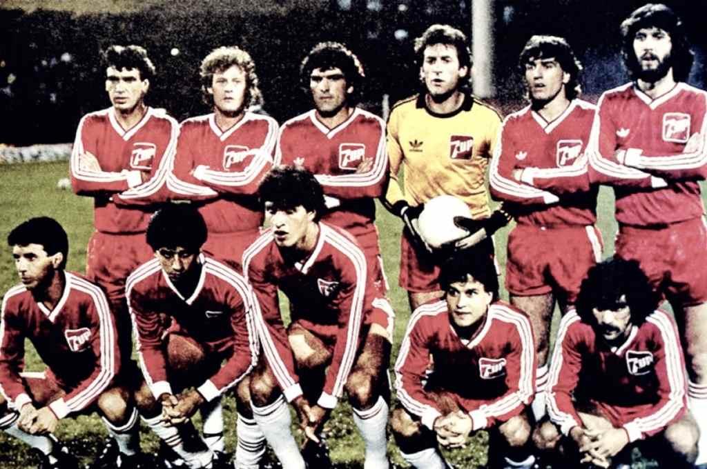 De memoria. El equipo de Argentinos Juniors que ganó la Libertadores hace 35 años ante América de Cali: Olguín, Domenech, Pavoni, Vidallé, Villalba y Batista; Castro, Videla, Borghi, Commisso y Ereros. El