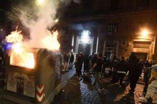 En Nápoles, cientos de manifestantes se enfrentaron con la policía tras el toque de queda