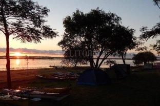 """Cobra fuerza el turismo de cercanía, con protocolos y """"burbujas afectivas"""" - Una de los campings en el corredor de la Ruta 1, con la belleza del paisaje costero como fondo. Se aguardan definiciones sobre el turismo de proximidad para los santafesinos. -"""