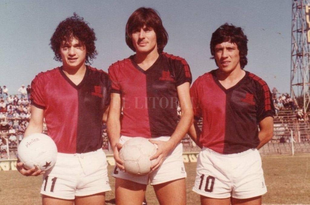 Posando junto con Daniel Wermer y su compadre, Cototo Balbuena. Los tres salieron de las inferiores de Colón. Crédito: El Litoral