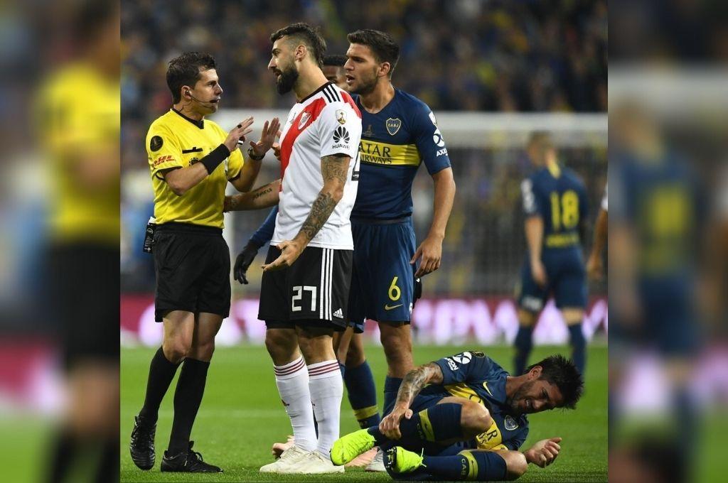 La reprimenda de Cunha para Pratto por un foul a Pablo Pérez en la gran final de la Libertadores que se jugó en el Santiago Bernabeu, hace poco menos de dos años. Crédito: Archivo