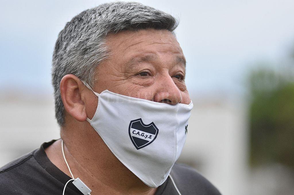 Ernesto Sosa, coordinador del fútbol de Gimnasia expresó su satisfacción porque de a poco regresa la actividad al club. Crédito: Manuel Fabatía