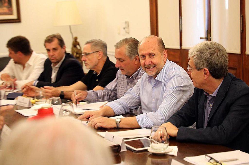Todos varones. En la toma gráfica, el gobernador Omar Perotti con varios de sus ministros: Capitani, Sain, Michlig y Agosto. Crédito: Archivo