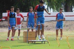 Unión no concentra, está la lista y se espera por Márquez  - Fernando Márquez en acción mientras Nani espera su turno junto a otros compañeros. El delantero es una de las dudas para el jueves. -