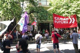 Manifestación a favor de la agrupación Artigas, frente a la Rural de Rosario