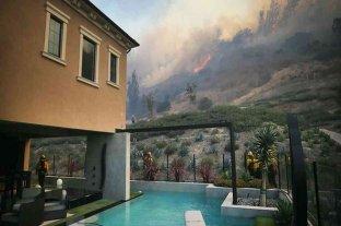 Un incendio forestal cerca de Los Ángeles obligó a evacuar a unas 90 mil personas