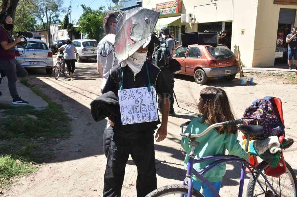 Ruidosa. La protesta de vecinos frente a la Municipalidad de Rincón, con pancartas, megáfono y una performance. Crédito: Guillermo Di Salvatore