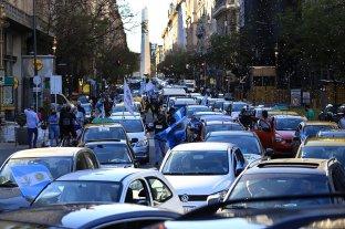 Con una caravana de autos y a pie, recordaron a Néstor Kirchner en Plaza de Mayo