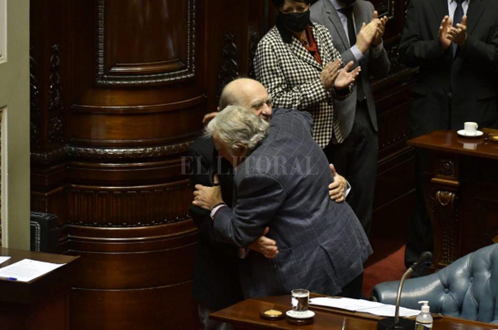 El abrazo de Julio María Sanguinetti y José