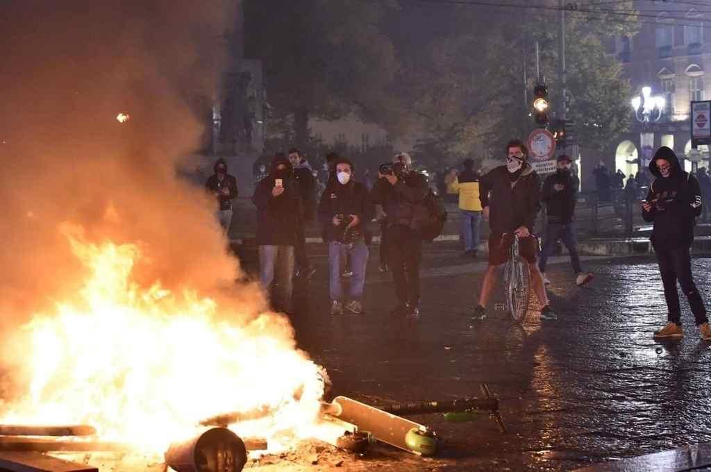 En Roma, Nápoles, Turín, Milán, Cremona, Catania, Treviso y Viareggio, entre otras ciudades, hubo manifestaciones, disturbios y enfrentamientos con la policía.    Crédito: Internet