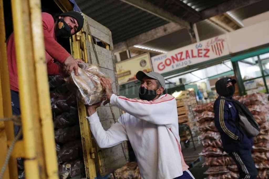Postal del mercado, de lo mayorista a lo minorista. Para Otrino, en los próximos días los precios minoristas del tomate y la papa comenzarán a bajar.    Crédito: Pablo Aguirre