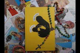 Una madre en busca del milagro -  A través de la imagen, la portada del libro de Ángeles editado por La Parte Maldita, insinúa la potencia del abrazo materno, los miedos y el amor contenidos en él. -