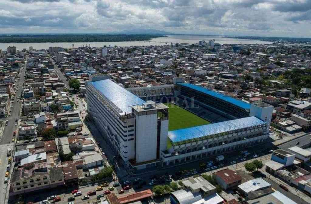 El estadio George Capwell, nombre del fundador del Club Sport Emelec, con la ciudad de Guayaquil de fondo. Crédito: Archivo