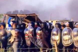 Máxima tensión en el desalojo de Guernica: la policía intenta avanzar y un grupo resiste con piedras y palos -  -