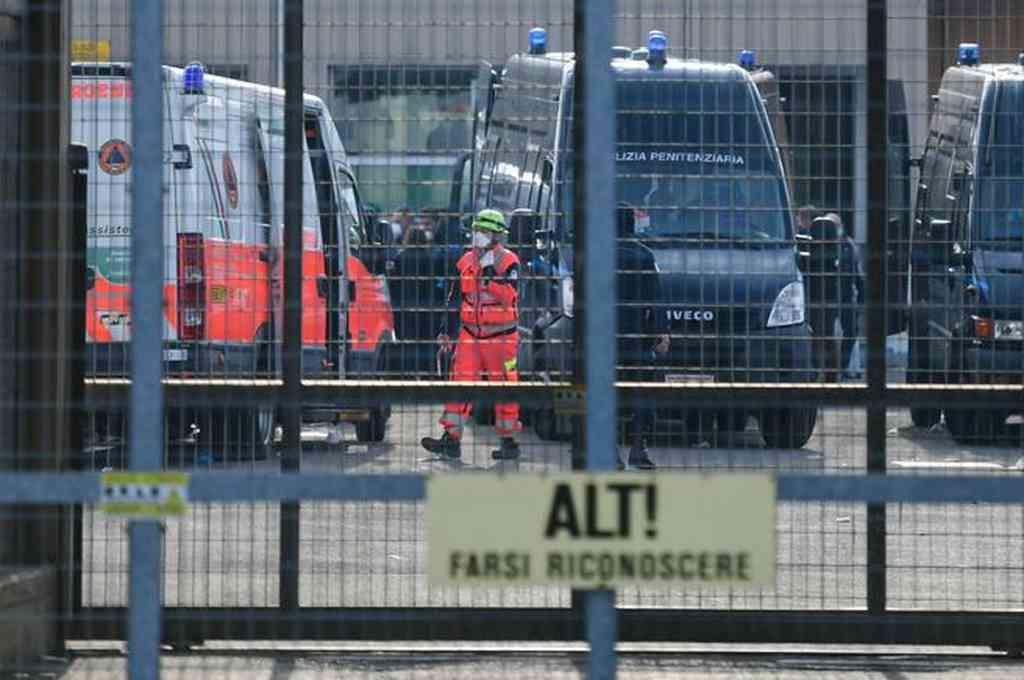 Personal sanitario en las inmediaciones de la cárcel de Módena, Italia. Crédito: AFP