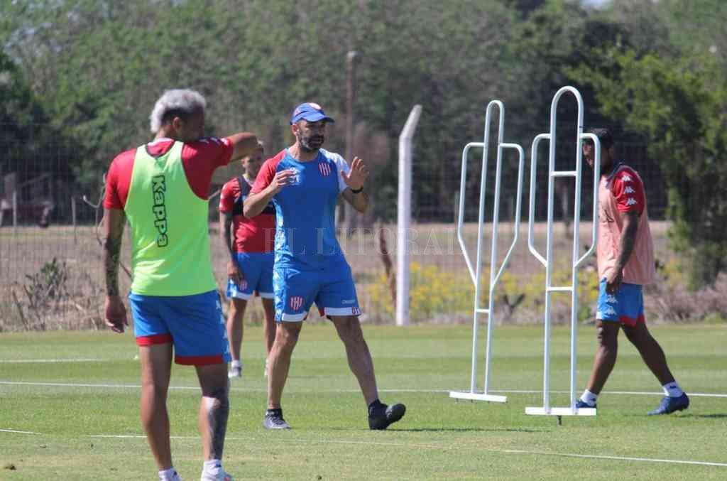 Juan Manuel Azconzábal dando órdenes en uno de los entrenamientos que desarrolló el plantel en este extenso período de preparación. Llegó la hora para el Vasco y su equipo. Crédito: Gentileza Prensa Club Unión
