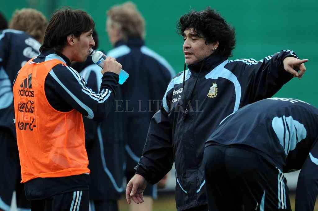 Maradona cuando lo dirigió a Messi en la Selección Argentina. El campeón del mundo en México 1986 volvió a elogiar a la