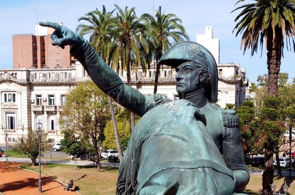 Plaza San Martín. En su centro se levanta la estatua del Libertador que, según los masones, con su dedo señala hacia París, la ciudad de la ilustración y las luces. Crédito: Fernando Nicola