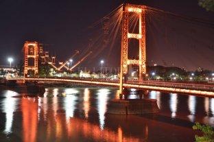 El Puente Colgante se iluminó de naranja por el Día de la Psoriasis