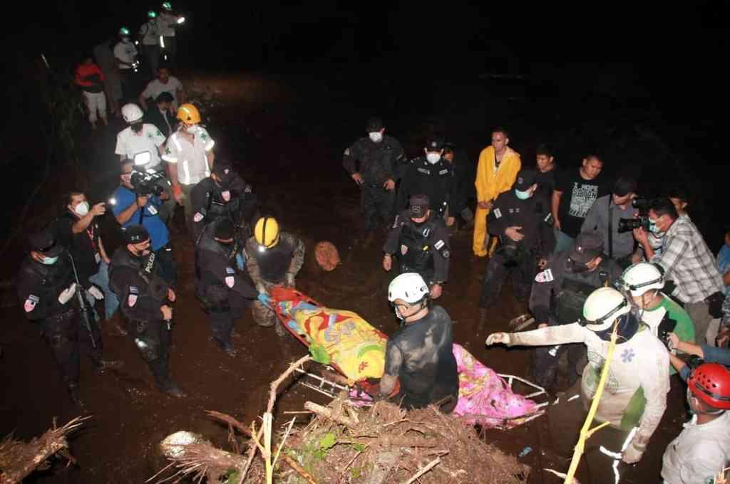 Más de 100 agentes de la Fuerza Armada de El Salvador, trabajan desde la madrugada en la búsqueda y rescate de víctimas, en Nejapa. Crédito: Twitter