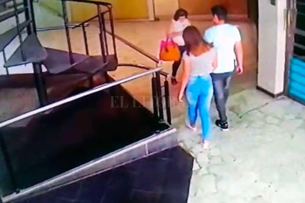 La muchacha ingresó junto a Figueroa a la galería Rivadavia, donde el 11 de febrero fue ejecutado el agenciero turístico Hugo Oldani. Crédito: Captura de pantalla
