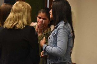 """Policía condenado por """"grooming"""" y el """"abuso sexual"""" de su sobrina - Tras conocer la condena, la madre y la hermana de la víctima abrazaron a la fiscal Rosana Marcolín."""