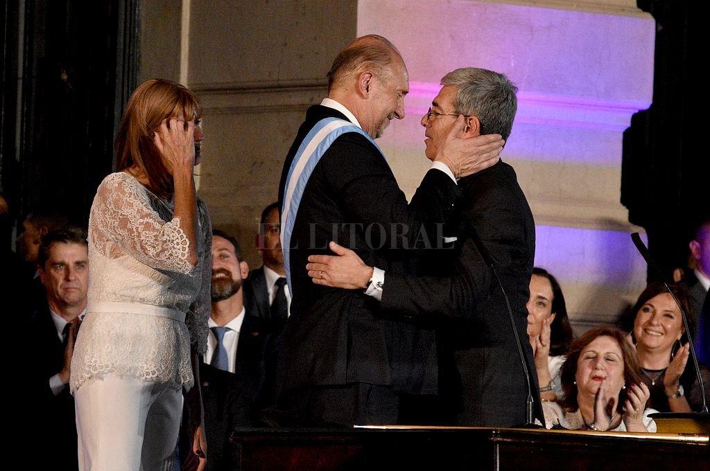 Perotti al tomar juramento a Agosto como ministro de Economía. Ambos firmaron el mensaje del Presupuesto 2021. Crédito: Archivo El Litoral / Manuel Fabatía