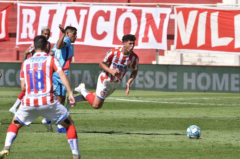 Juan Nardoni, de buen partido, sufre el embate de un rival. Crédito: Mauricio Garín