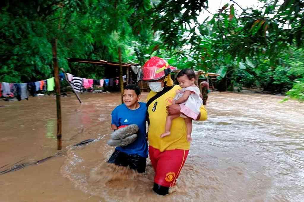 Los bomberos de Honduras inician operaciones de rescate en Tela, en el Caribe, una zona inundada a causa del huracán Eta este lunes. Crédito: EFE