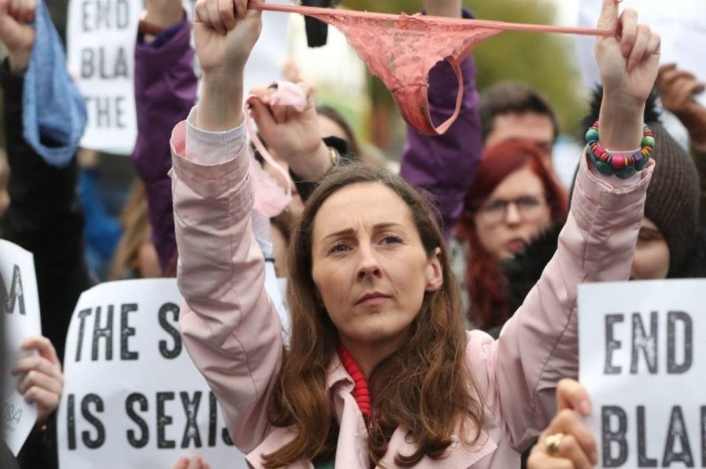¡Aberrante! Absolvieron a un violador porque la víctima usaba lencería roja
