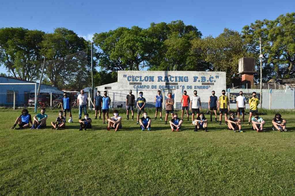 Distancia, concentración y trabajo. Volvió el fútbol en Ciclón Racing y, junto a la pelota, la felicidad de los juveniles. Crédito: Manuel Fabatía