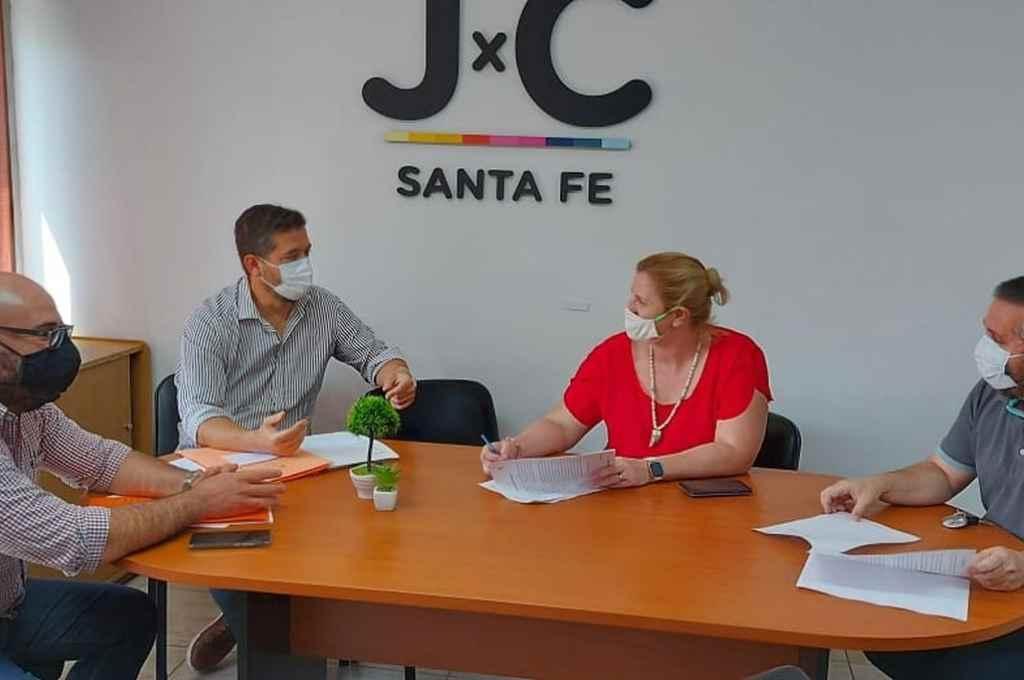 Los concejales, Carlos Suárez, Sebastián Mastropaolo y Luciana Ceresola, junto al referente de la Coalición Cívica, Mauricio Amer, durante la reunión en el Concejo Municipal, donde acordaron la presentación del proyecto