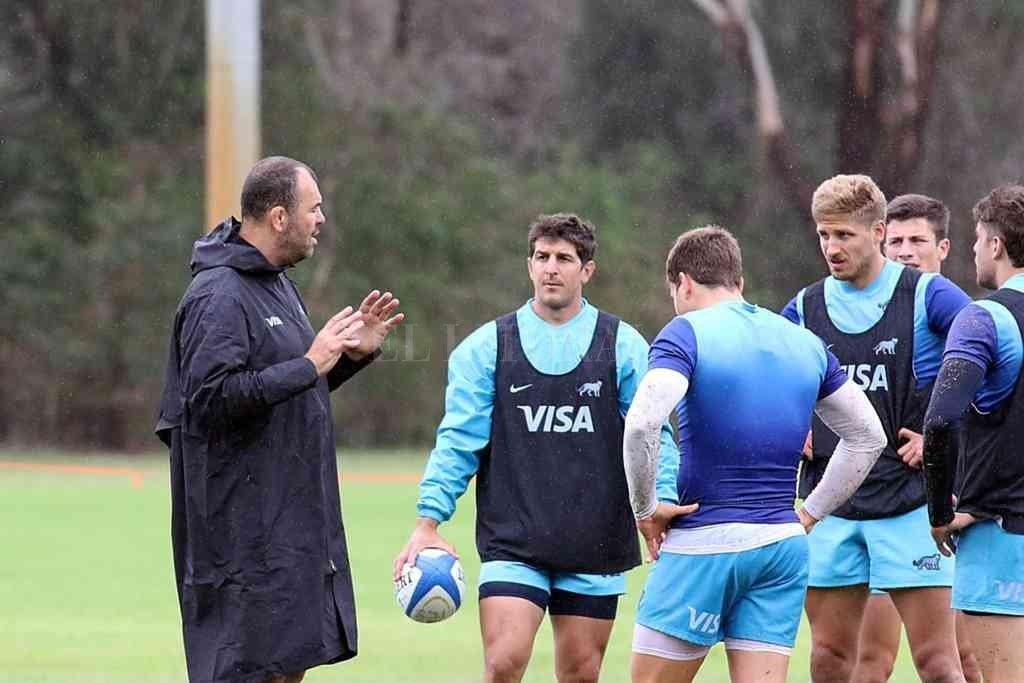 Michael Cheika es escuchado atentamente por integrantes del plantel de Los Pumas, en el exigente entrenamiento concretado este jueves en Sydney. Crédito: Gentileza UAR